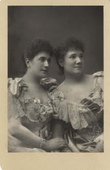 The sisters Ravogli,  Sophia (1865-1910), soprano, and Giulia (1866-1941), mezzo-soprano, made their débuts at Covent Garden in Aida in 1891 and also sang in Orfeo in the same season. They were then regularly in the Harris opera seasons until 1895. Photograph by W. & D. Downey, London.